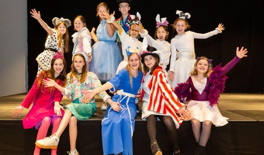 De cast van ONS is er klaar voor. Aanstaande zondag spelen zij twee keer 'De avonturen van Alice in Cyberland'. Foto: Yuri Floris Fotografie