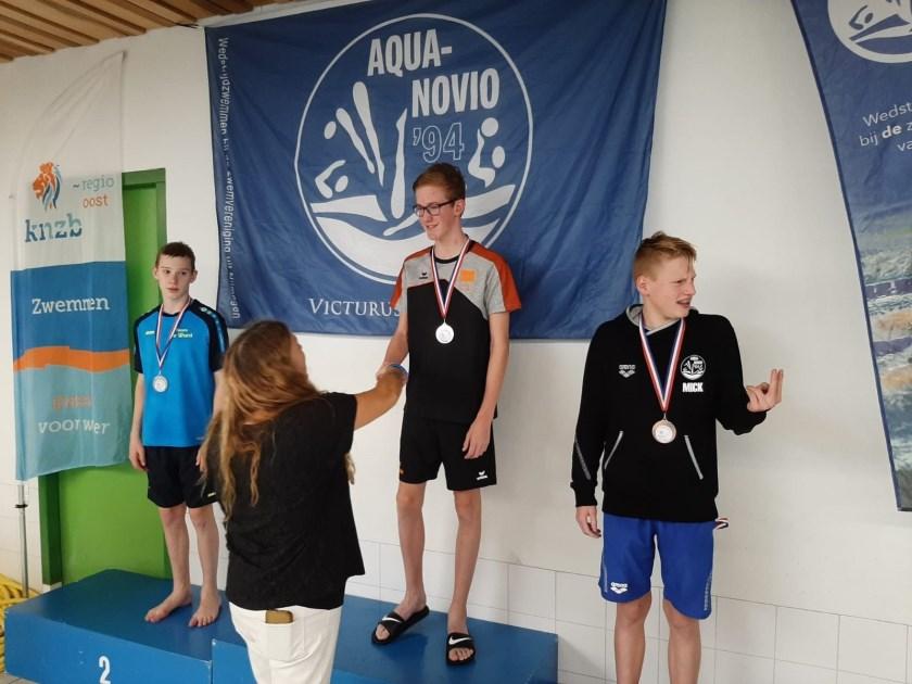 RZC-zwemmer Bas Middelkoop neemt de felicitaties en de winnaarsmedaille in ontvangst na zijn fraaie zege op de 100 meter vrije slag bij de Regionale Kampioenschappen Kortebaan in Nijmegen.