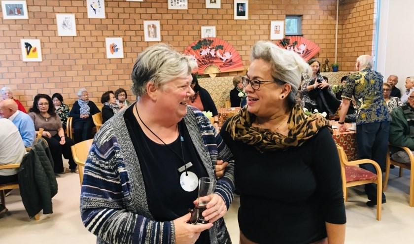Anneke Meerdink (l) en Sylvia Huisman hebben een onderonsje.