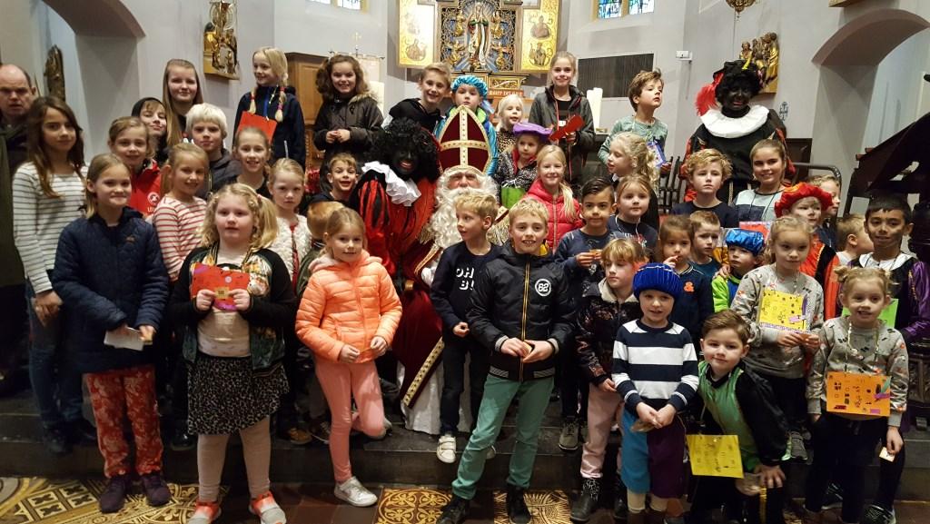 Na afloop allemaal met de Sint op de foto. Foto: Ch. Verwimp © DPG Media