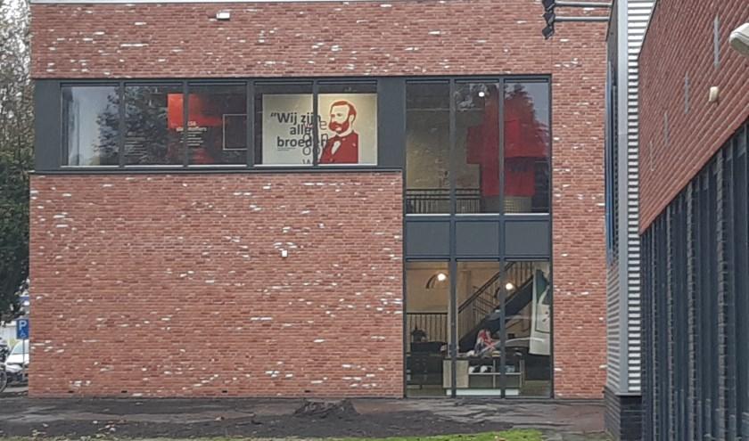 De doorlopende expositie van het Rode Kruis in het Memory museum is van buiten goed te zien. De expositie beweegt met actuele gebeurtenissen mee. (Foto: Annemieke van Ipenburg)