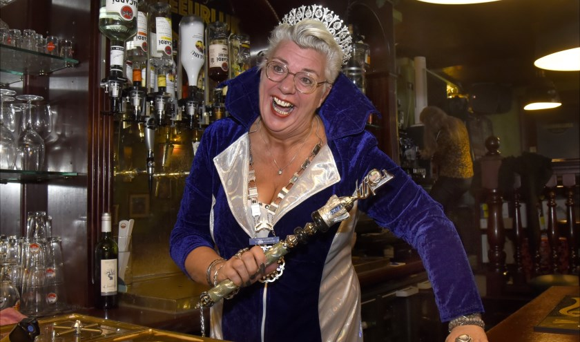 Lizette Oudijk is Grootvorstin D'Heeeurlijkheid van cv De Marktzotten. Nu heeft ze ook een horecaprijs te pakken met haar Cafeetje Heeeurlijk. Foto: Marianka Peters
