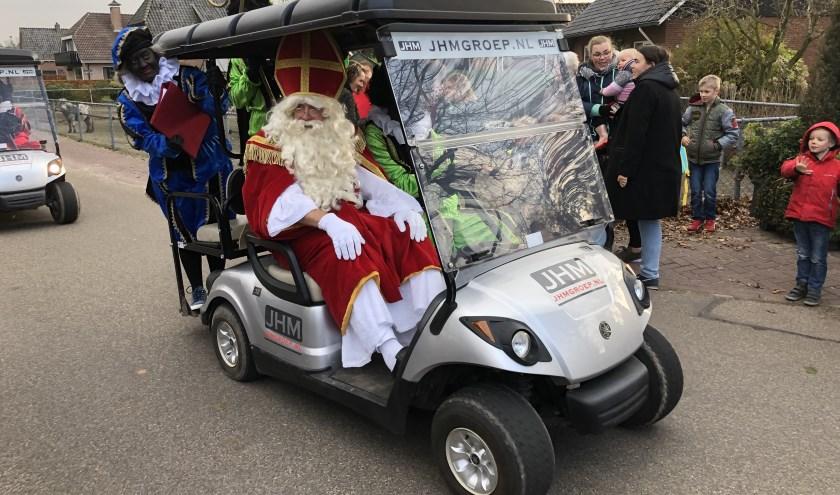 Sint komt altijd aan met een opmerkelijk voertuig in Hulshorst.