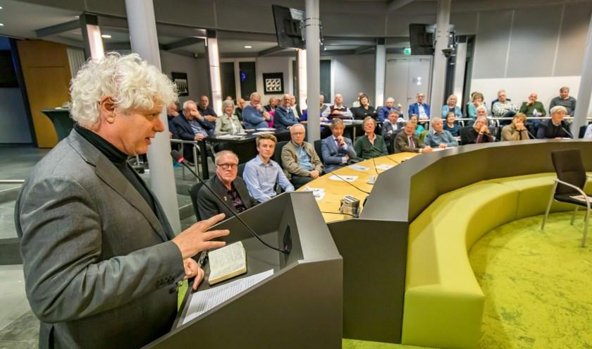 Op de voorgrond: Paul Scheffer, derde van links: Roan Geurts. Burgemeester Beenakker opende de avond. (foto: Jan Bouwhuis)