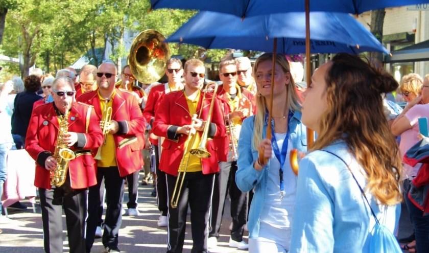 De Red Jackets tijdens de streetparade op Jazz by the Sea in Domburg