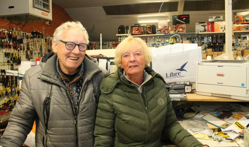 """""""Het is een gezellige drukte van in- en iitlopende klanten"""", zeggen Jan en Riek, """"Allemaal nemen ze wat mee, want ja, korting verkoopt."""" (Foto:Leon)"""