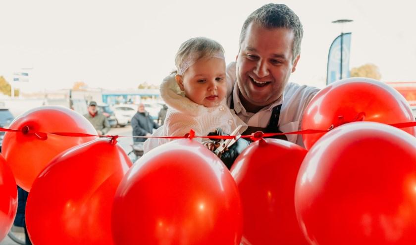 Floor Foods in Goes werd vorige week geopend door eigenaar Florus Zwartbol en zijn eenjarige dochtertje Sarah.