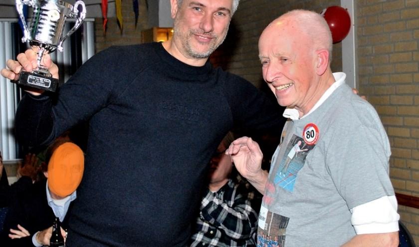 Uitreiking van de 'Martin van WIjk' bokaal aan Dennis.