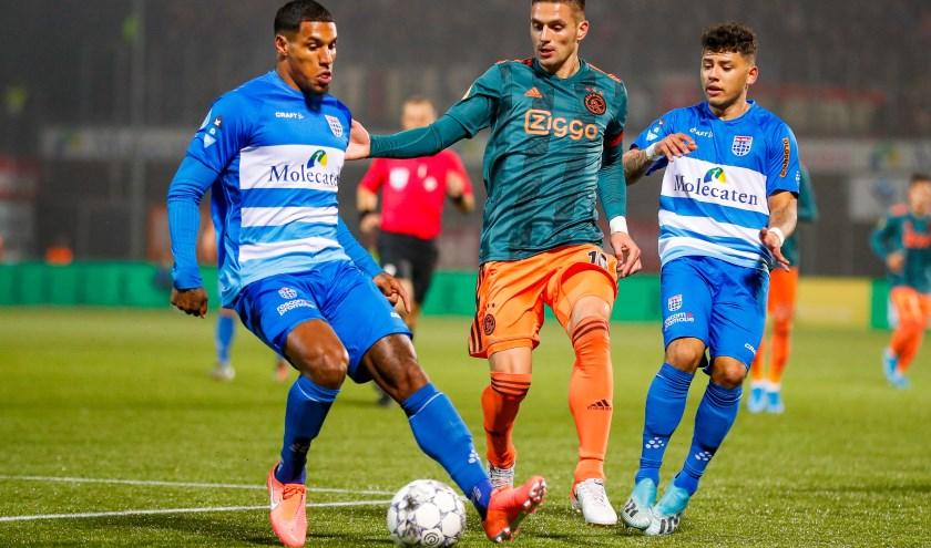 Darryl Lachman voorkomt dat Ajax-aanvoerder Dusan Tadic aan de bal kan komen. Gustavo Hamer kijkt toe.