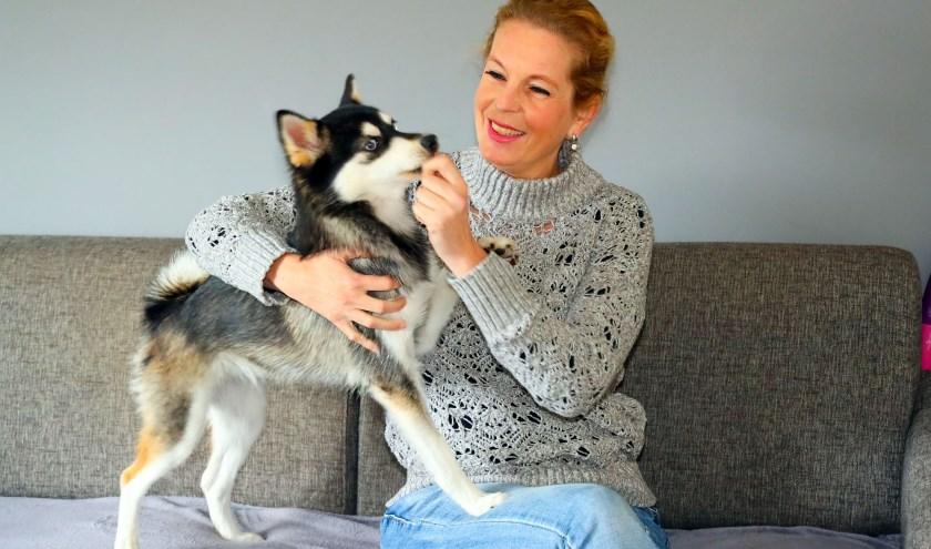 Ellen Kusters en haar hond Kenzi, die ze wil laten opleiden tot diabeteshulphond. FOTO: Bert Jansen.
