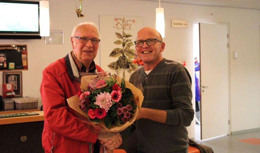 Dik ontvangt bloemen van de voorzitter
