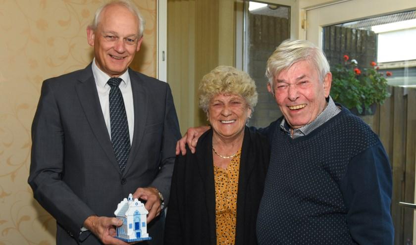 Burgemeester Lamers feliciteert echtpaar Heeze-Slavenburg met hun 65 jarig huwelijk. (Foto: Marius Schinkel)