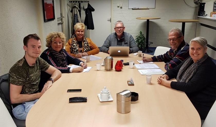 Robin Borsje (Vice voorzitter), Lonneke Michielse (bestuurslid), Monique Klooster (penningmeester), Eimerd vd Griend (Voorzitter), Jan Mol ( secretaris) en Karin Schimmelpenningh (bestuurslid). Afwezig Bart Heijes (bestuurslid). (Foto: Privé)