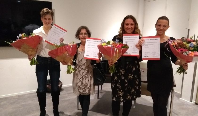 Deelnemers nemen hun diploma in ontvangst