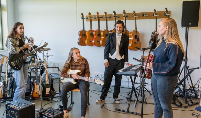 Boot in het muzieklokaal waar een aantal meiden op dat moment muziek aan het maken zijn. FOTO: Mel Boas