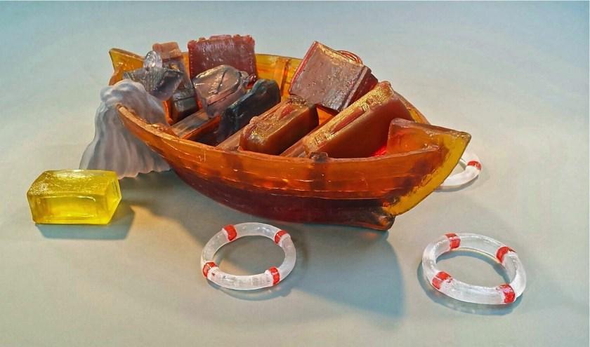 Boot in beweging voor de vlucht, van gesmolten glas. Het werk is te zien in Galerie De Aventurijn.