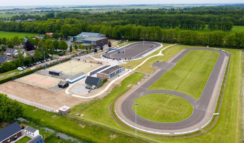 Rechts de 400 meter baan, links voor de piste, achter het Buitensportcentrum Talter. (Foto: Erik Peek Fotografie Airvideo)