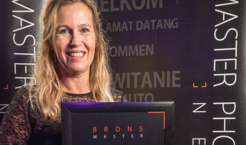 Brenda Beumer met de award.