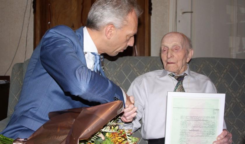 Burgemeester Sjors Fröhlich feliciteert Aart het Lam met zijn honderdste verjaardag. Foto: Mieneke Lever-van Dieren