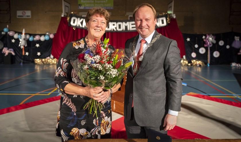 Liesbeth Grootendorst-den Boef met burgemeester Hein van der Loo. (Foto: Ronald van den Heerik)