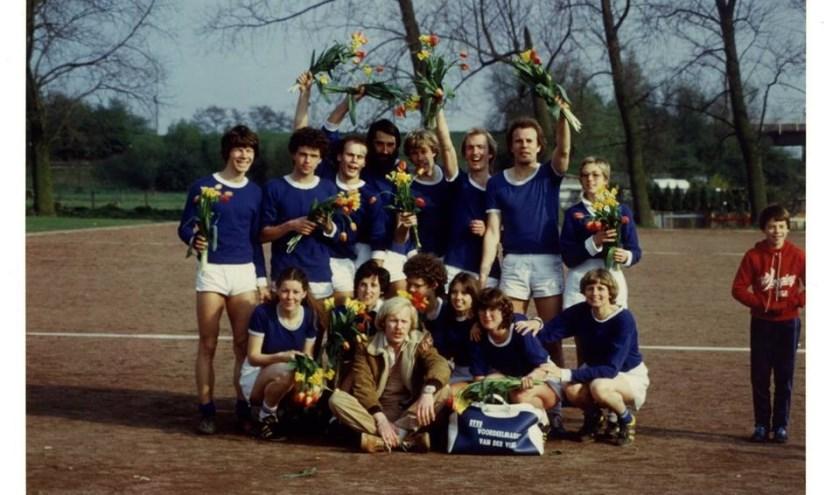 De selectie van OVVO in het seizoen 1979-1980. Foto: archief OVVO, tekst: Danny van der Linden