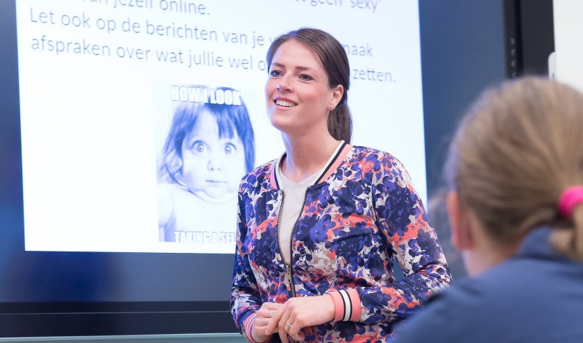 Stephanie van den Kieboom van Het Erasmus tijdens een les mediawijsheid