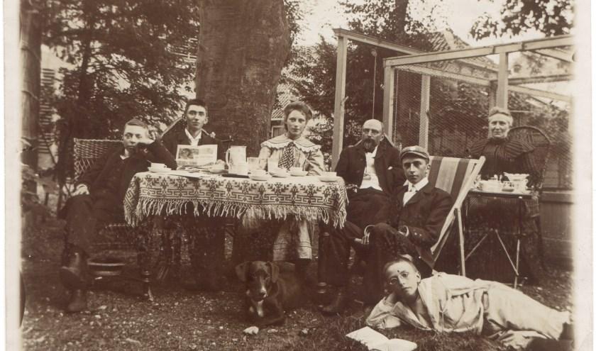 De familie Hamersvelt begin 20ste eeuw in de tuin van Dorpsstraat 9. Het meisje werd later de beroemde schrijfster Sanne van Havelte (Collectie Hist. Gen. Oud Soetermeer)
