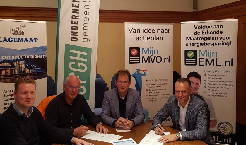 De sponsoren van het Ondernemersevent zetten hun handtekening onder het contract.