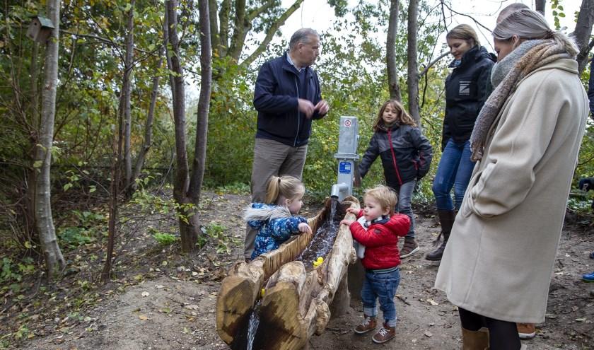 Wethouden Wouter Catsburg en kinderen met ouders uit de buurt.