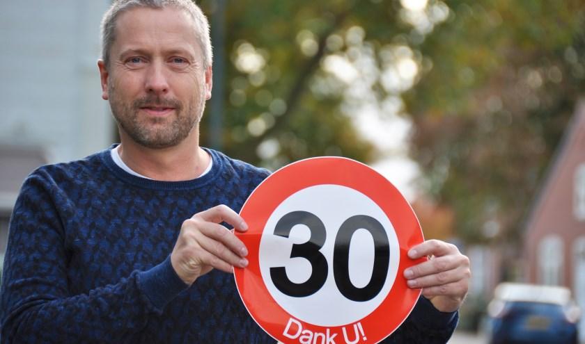 Chris Beaart, zelf bewoner van de Benedenkerkstraat, zet zich namens Platform Waspik in om het sluipverkeer in de kern van Waspik terug te dringen.