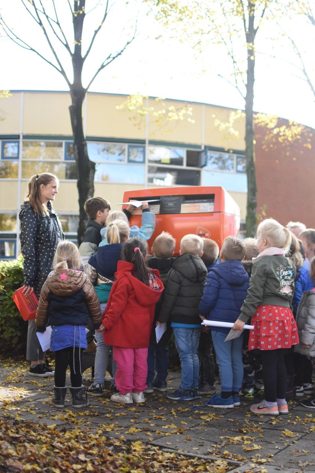 Alle kinderen doen hun brief voor de minister in de brievenbus. (foto: Maartje van Walsem) Foto: Maartje van Walsem © DPG Media