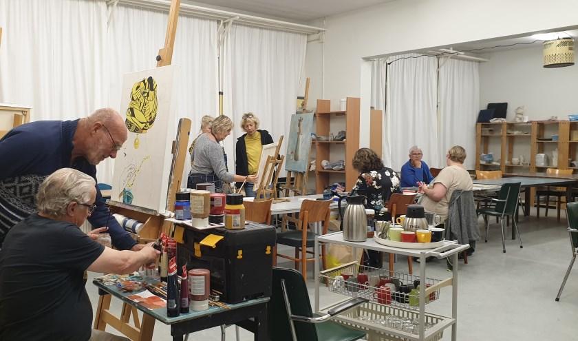 De donderdagavondgroep bij Kunstlokaal 'De Pretentielozen' Dovenetel 21. Het pand dat nu eigendom is van de vereniging.