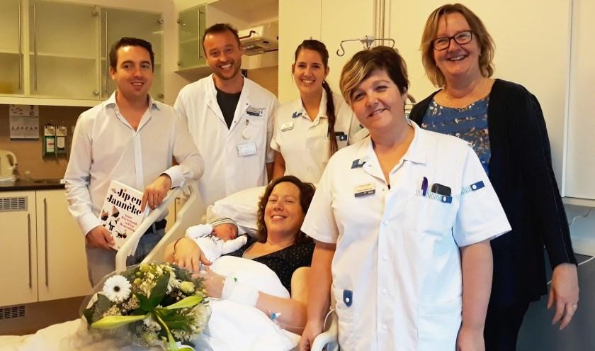 Van links naar rechts: Vader Arjen den Otter, gynaecoloog Rob Mooij, verpleegkundige Milena Dokman, moeder Sabina den Otter met zoon Matthias, ziekenhuisdirecteur Anja Blonk en verpleegkundige Pieternelle Westland. Eigen foto