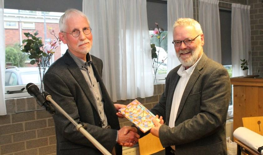 Auteur Gert Groenleer overhandit het eerste exemplaar van roman 'De Stamboomman' aan loco-burgemeester Pim Schenkelaars. Foto: Leon Janssens.