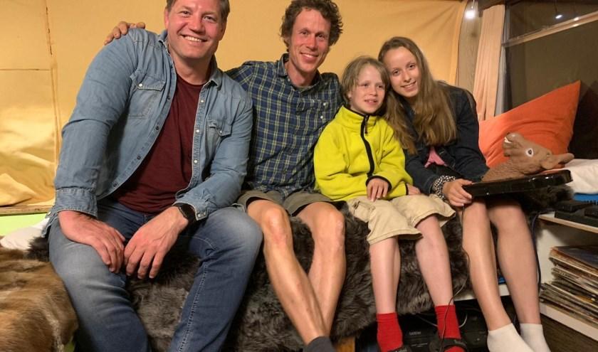 Dennis, Erik en zijn kinderen Sien en Borre op het Ecodorp.