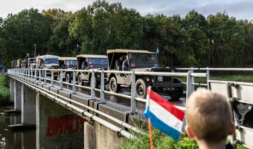 Ook deze stoet met historische militaire voertuigen nam zondag deel aan de Bevrijdingsroute door de gemeente Heusden.