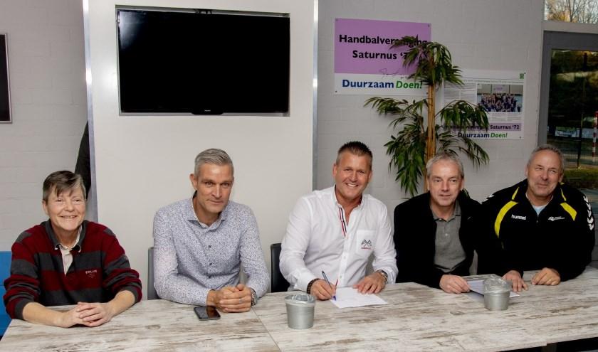 De drie verenigingen en de drie bedrijven helpen het samenwerkingsverband om klaar te zijn voor een mooie toekomst in het handbal. (Foto: Privé)