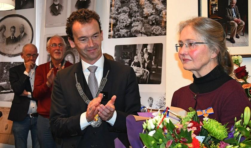 Joyce van Katwijk was compleet verrast toen burgemeester Van Riswijk haar vertelde dat ze door de koning was benoemd tot Ridder in de Orde van Oranje-Nassau. (foto: Ab Hendriks)
