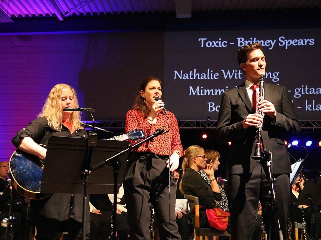 V.l.n.r. gitarist Mimi Ademark, zangeres Nathalie Wit en klarinettist Bob Groeneveld vertolkten Britney's 'Toxic'.  © DPG Media