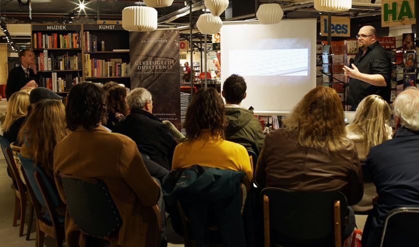 De boekpresentatie bij boekhandel Gianotten Mutsaers in Tilburg met rechts schrijver Jan van Gorkum uit Loon op Zand. Foto:Jan Veldhuizen