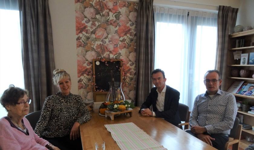 Burgemeester Lucien van Riswijk en CDA-raadslid Henk Visser in de huiskamer van De Hazelaar. (foto: Anita Adema)
