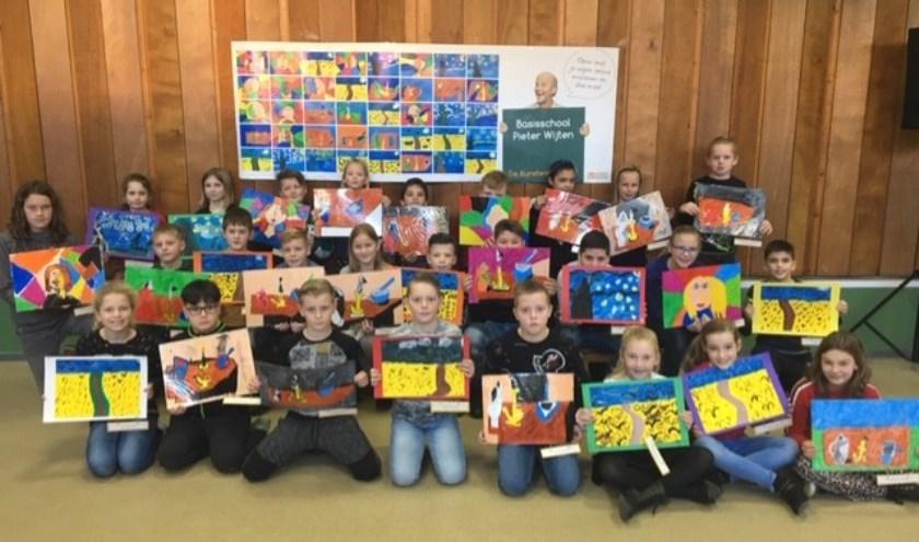 De kinderen tonen hun kunstwerken op basisschool Pieter Wijten.