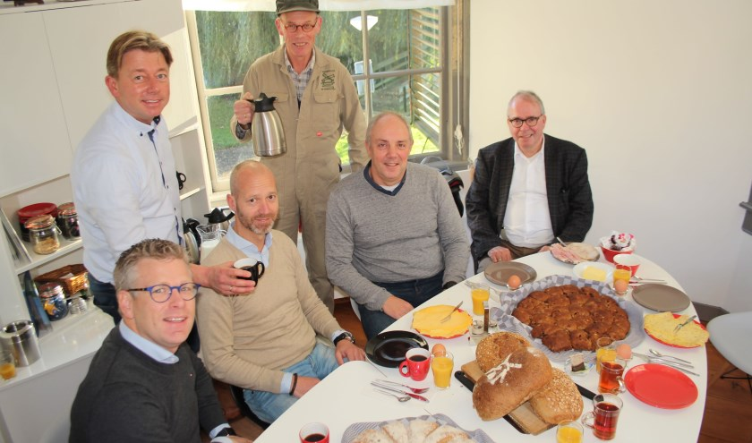 Drie organisatoren (links) van A Local Swim worden bediend door bestuursleden en de molenaar van De Windotter. (Foto: Lysette Verwegen)