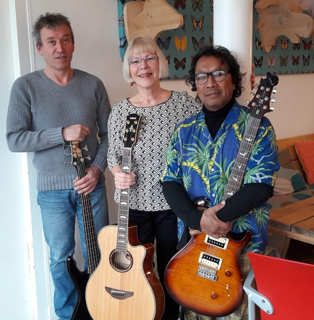 Out of the Blue bestaat uit Wilco de Schipper op bas, Henny van Kesteren zang en slaggitaar en John Muller op sologitaar