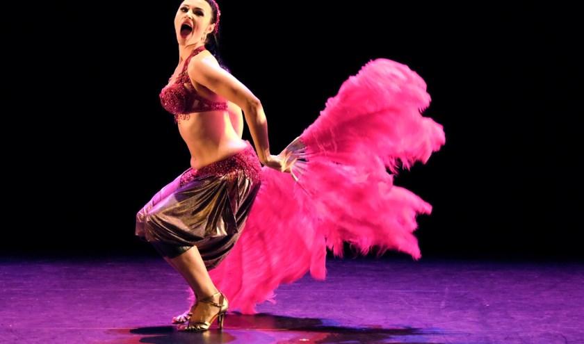 Danseres Eliana Hofmann gooit de heupen los. Tijdens het Shimmy Shake Festival komend weekend in het Maaspodium komen alle buikdansvarianten voorbij! (Foto: Jean van Lingen)
