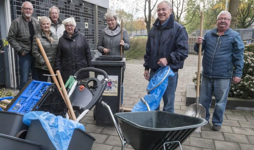 De opruimploeg bij de Zonneflat, staat klaar om de omgeving weer schoon te maken