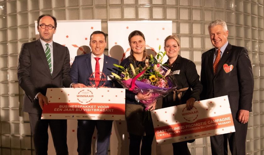 Gedeputeerde Martijn van Gruijthuijsen en juryvoorzitter Hein van Oorschot reiken de Brabantse Gastvrijheid Award 2019 uit aan NH Collection Eindhoven Centre.