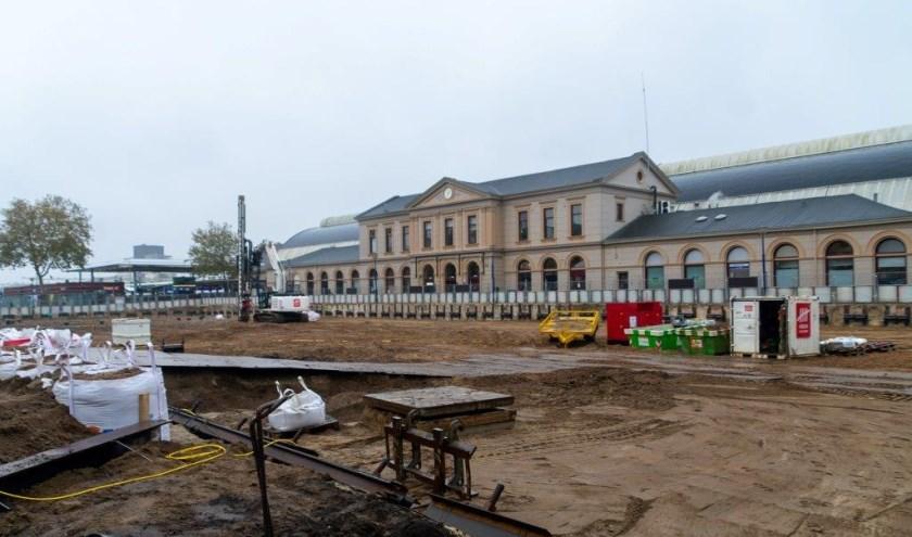 Het graven van de bouwkuip van de ondergrondse fietsenstalling op het Stationsplein begint maandag.