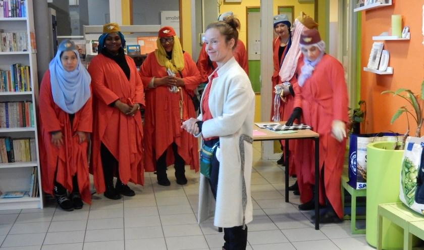Regisseur Kaat Zoontjes  (midden), de dames van Woman Connected en zangeres Arlinda Lima staan op  7 november in Theater Rotterdam. Foto & tekst: Joop van der Hor