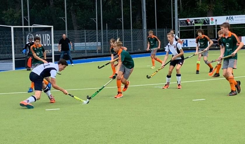 Een spannende wedstrijd voor JB1 van Hockeyclub IJsseloever bracht het team na 18 jaar weer terug in de landelijke competitie. (Foto/tekst: Sebas Lammers)